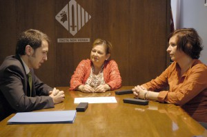 Carme Carmona signant amb AGBAR. Imatge de l'Ajuntament de Cerdanyola
