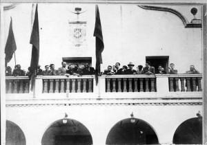 Ajuntament de Cerdanyola el 31 de maig del 1931, durant la presentació d'una placa commemorativa creada per l'escultor Viladomat a la memòria de Francesc Layret