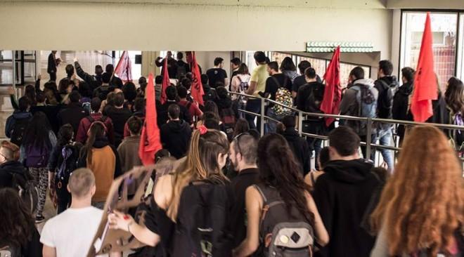 Una cercavila a la UAB convoca a la vaga de l'1 i 2 d emarç