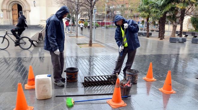 Un equip de treball fa el manteniment dels embornals de Cerdanyola del Vallès