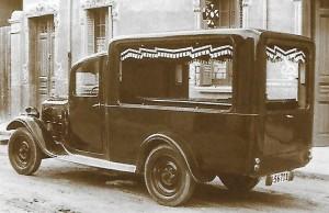 Furgó funerari Renault amb matrícula B-56711 dels anys trenta del segle XX