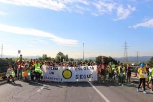 Manifestacio escola Bellaterra al pont de l'A7