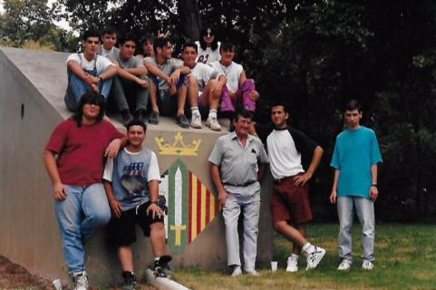 Alumnes de l'escola-taller de Can Serra (anys 1988-1990) amb el seu monitor.  Arxiu Albert Lázaro