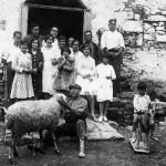 Foto antiga de la masia de Can Banús (dècada de 1910-1920)
