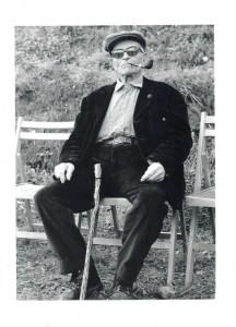 Fermí Custó en una de les seves últimes fotografies amb el bastó de gatosa Arxiu Pla Custó