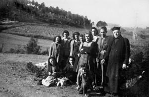 Mossèn Miquel Pié al camí de Sant Iscle i, al fons, la vinya de Fermí Custó Arxiu L'Abans
