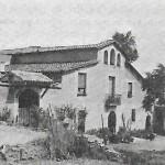 Foto de Can Xarau, als anys 1950. A l'extrem dret s'hi pot observar la porta del celler, amb les pedres de Can Banús