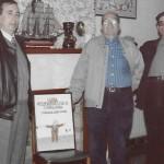 Entrega del cartell de la Lliga Reumatològica Catalana. D'esquerra a dreta, el president de l'entitat, Pere Pla i Fermí Custó (Arxiu Pla)