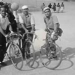 Passejada en bicicleta. D'esquerra a dreta, Josep Gabarra, Vicenç Andurell i Pep Garsaball (Arxiu Gabarra)