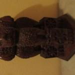 Treball en fusta. Pilar d'Aixoka (Índia, segle III a.C.). Obsequi de la família Gabarra.