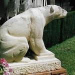 Escultura d'os polar situat al Pedregar de Bellaterra, obra en mabre de Josep Garriga, que va servir de model a l'hora de realitzar el mosaic del terra del bany de casa meva (Arxiu Lázaro)
