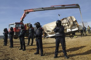 Veïnes i activistes van col·locar una autocaravana en el punt sobre el qual s'havia de fer l'excavació i, per sorpresa dels policies, sota terra també hi havia enterrat un vehicle, on un dels veïns hi resistia amb el braç lligat a una estructura de ciment