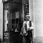 Tomàs Morral Feliu a la porta de la primera merceria l'Estrella (Arxiu Morral Masià).