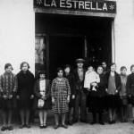 Segona botiga de l'Estrella. Al centre, Miquel Morral Monteys; aguantant la criatura (que és en Tomàs Morral) hi ha la Leonor, mare d'en Miquel i, al costat d'ella, la Maria Masià, la muller d'en Miquel. Any 1927. (Arxiu Morral Masià).
