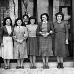 Segona merceria l'Estrella. Al fons de tot, Maria Masià. Al centre, les seves tres filles (d'esquerra a dreta: Maria, Nuri i Montserrat). (Arxiu Morral Masià).