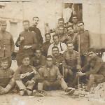 Grup de companys paletes i soldats de Melilla, amb Josep Morral, que és el segon començant pel fons (Arxiu Morral Casamitjana).