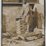 Josep Morral fent un pilar a Melilla l'any 1920 (Arxiu Morral Casamitjana).