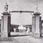Entrada del taller d'Albert Lena, al carrer Sant Sebastià de Ripollet. Als dos pilars centrals: repoduccions de la Maternitat de Viladomat (esquerra) i del David de Verrocchio (Arxiu TOT Cerdanyola).