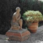 Escultura de terracota, feta amb ciment al taller d'Albert Lena, ubicada antigament al número 42A del carrer Jaume Mimó de Cerdanyola (Arxiu Lázaro).
