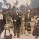 Magí Esquerré (encerclat), Amèlia Albert (amb barret blanc) i Caterina Albert (amb barret fosc). Vers l'any 1930 (Arxiu Víctor Esquerré).