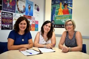 La regidora de Drets Civils, Elvi Vila, i la presidenta de la Junta Local de l'Associació Espanyola Contra el Càncer, Rocío López, signen un conveni de col·laboració per dur a terme el projecte